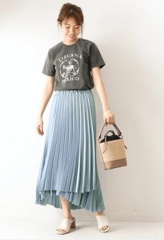 サテンプリーツスカート×Tシャツ