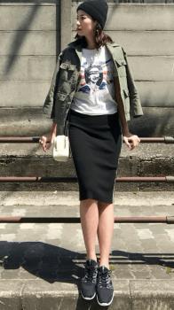 黒のタイトスカート×スニーカー×ミリタリージャケット