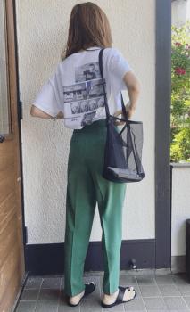 バックロゴTシャツ×カラーパンツ×メッシュバッグ×ビーチサンダル