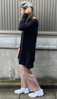裾メローリブワイドパンツ×スニーカー