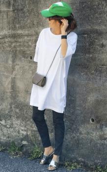 黒デニム×緑のキャップ×白のビッグTシャツのレディースコーデ