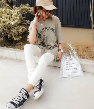 白デニム×キャップ×プリントロゴのビッグTシャツのレディースコーデ