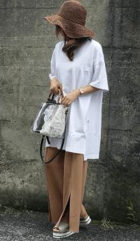 スリットワイドパンツ×麦わら帽子×白色のビッグTシャツのレディースコーデ