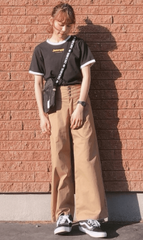 リンガーTシャツ×チノワインドパンツ×サコッシュバッグ