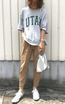 ジョガーパンツ×白スニーカー×英字プリントのビッグTシャツのレディースコーデ