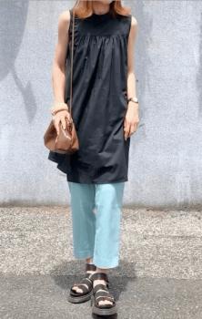 ブルー系パンツ×厚底サンダル