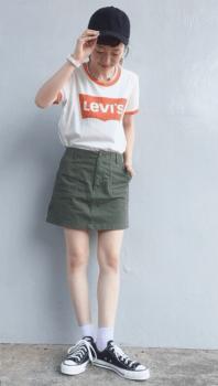 リンガーTシャツ×カーキのショートパンツ