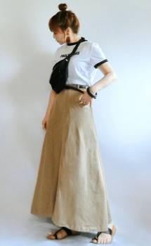 リンガーTシャツ×ベージュロングスカート×親指サンダル