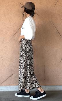 ヒョウ柄のスカート×キャップ×ビッグTシャツのレディースコーデ