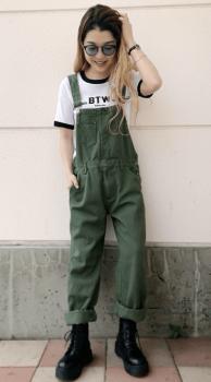 リンガーTシャツ×カーキのサロペット×ブーツ