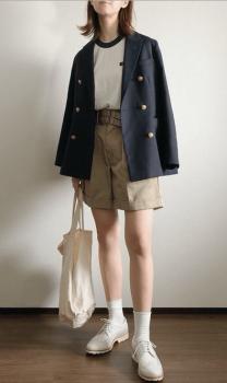 リンガーTシャツ×ベージュのショートパンツ×ジャケット