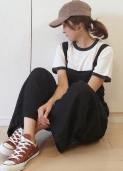 リンガーTシャツ×黒のサロペット×キャップ