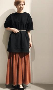 オレンジスカート×黒のパンプス