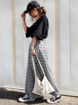 ギンガムチェックのマキシ丈スカート×黒色のビッグTシャツのレディースコーデ