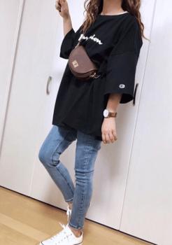 ジーンズ×ショルダーバッグ×黒色のビッグTシャツのレディースコーデ