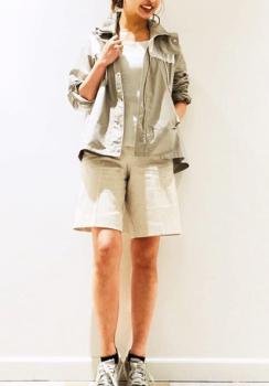 サファリジャケット×白トップス×オフホワイトのバミューダパンツ