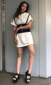 コルセットベルト×厚底サンダル×ミニ丈のTシャツワンピースのコーデ(夏編)