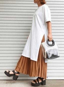 プリーツロングスカート×クリアバッグ×Tシャツワンピースのコーデ(夏編)