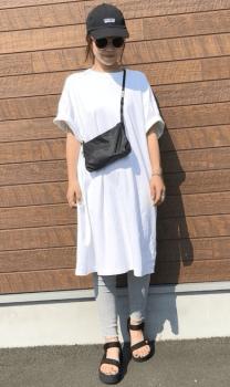 グレーのレギンス×黒アイテム×白色のTシャツワンピースのコーデ(夏編)