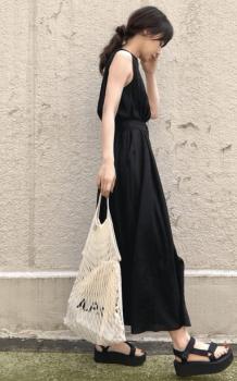 黒のマキシ丈ワンピース×厚底サンダル×編みバッグの夏コーデ