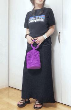 プリントTシャツ×ロングスカート×編みバッグの夏コーデ