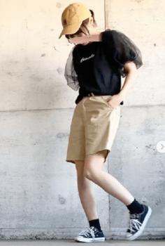 黒Tシャツ×キャメルのバミューダパンツ