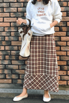パーカー×チェック柄のロングスカート×バレエシューズの秋コーデ