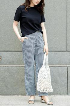 黒Tシャツ×ストライプパンツ×編みバッグの夏コーデ
