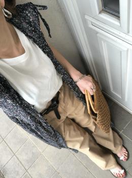 花柄ロングシャツ×チノパンツ×編みバッグの夏コーデ