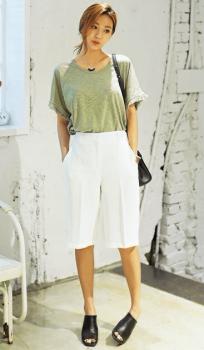 杢グレーのTシャツ×白のバミューダパンツ