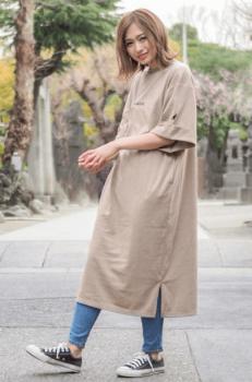 デニムレギンス×ベージュのTシャツワンピースのコーデ(夏編)