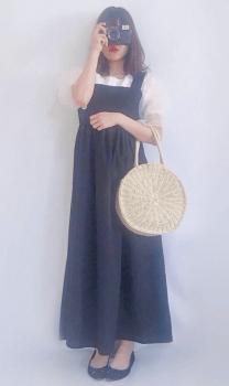 白ブラウス×編みバッグ×エプロンワンピースのコーデ(夏編)