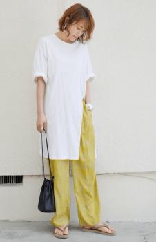 イージー柄パンツ×白のスリットTシャツワンピースのコーデ(夏編)
