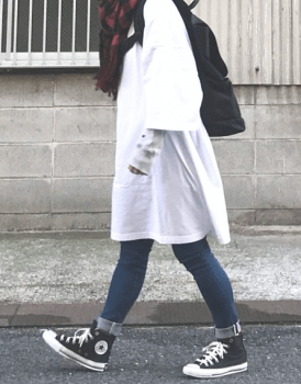 ジーンズ×コンバースのスニーカー×Tシャツワンピースのコーデ(秋編)