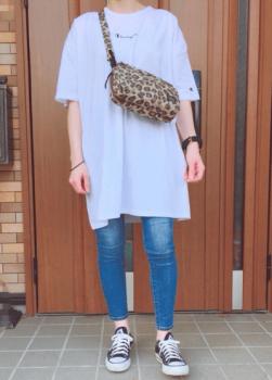 ヒョウ柄のバッグ×ジーンズ×Tシャツワンピースのコーデ(秋編)
