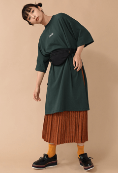 ウエストバッグ×ロングスカート×Tシャツワンピースのコーデ(秋編)