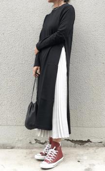 白のプリーツスカート×黒のTシャツワンピース
