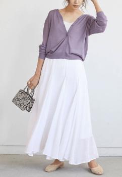 白色のマキシスカート×鮮やかなカラー