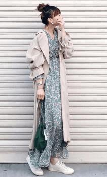 トレンチコート×グリーンの巾着バッグ