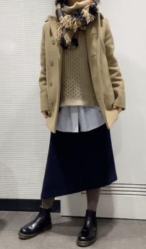 ベージュのPコート×イレヘムスカート