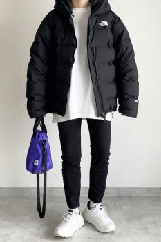 黒のビッグシルエットのダウンジャケット×白のトレーナー×黒パンツ