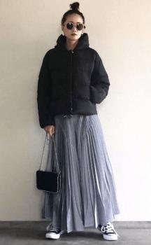 黒のショート丈ダウンジャケット×チュールスカート