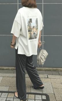 バックプリントTシャツ×サンダル