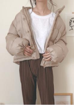 ベージュのショート丈ダウンジャケット×白のTシャツ×リブパンツ