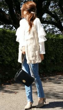 白のファーベスト×白の袖コンシャスシャツ×スキニーパンツ