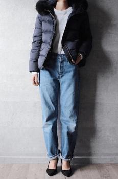 ネイビーのショート丈ダウンジャケット×Tシャツ×デニムパンツ×パンプス