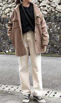 黒のトレーナー×ピンクベージュのミリタリージャケット