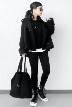黒のPコート×黒のスキニーパンツ×ハイカットスニーカー