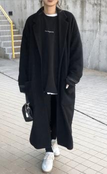 黒のトレーナー×黒のチェスターコート