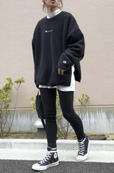 白インナー×黒のスキニーパンツ